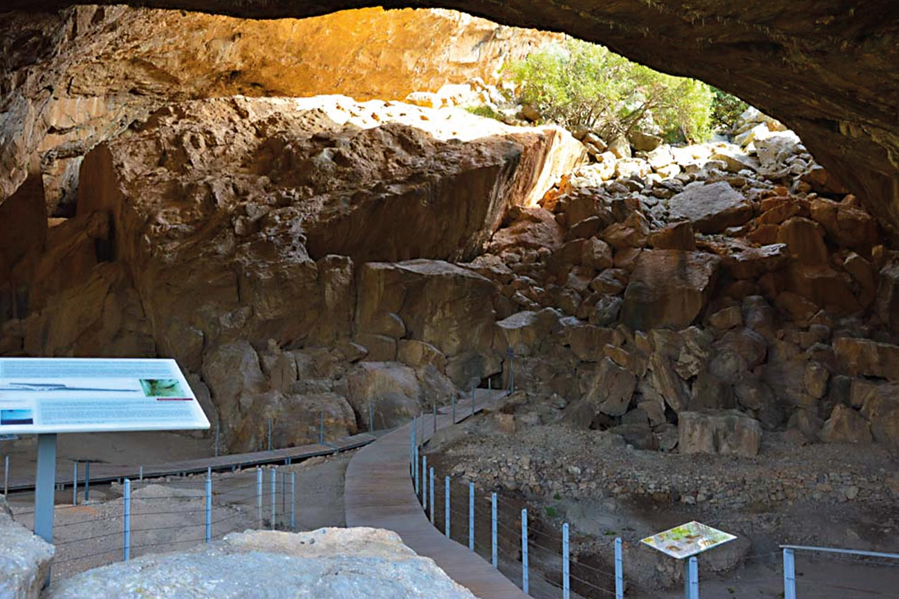 Frachthi Cave interior.